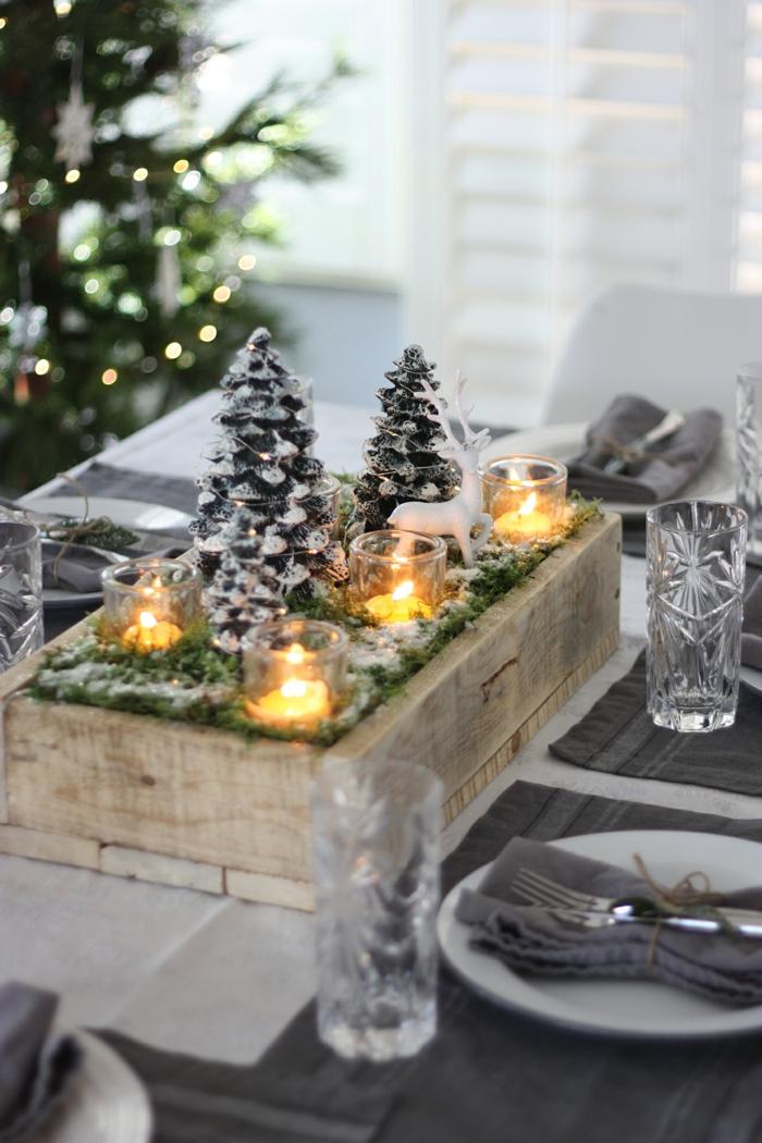 caisse de bois mousse artificielle sapins de noel bougies led table en bois assiettes et serviettes de jute decoration de noel en bois a faire soi meme