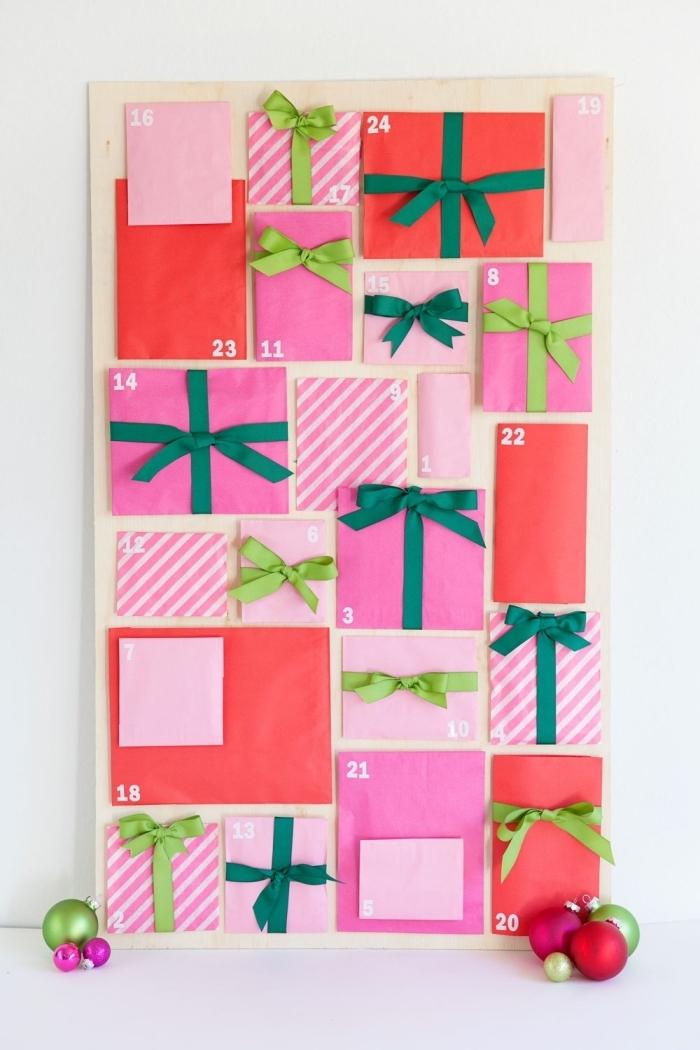 joli calendrier de l'avent à fabriquer soi-même à partir d'une planche de contreplaqué et des pochettes cadeaux de tailles et de couleurs différentes