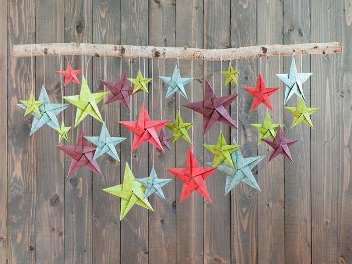 suspension originale de branche de bois et d'étoiles origami de tailles et de couleurs différentes