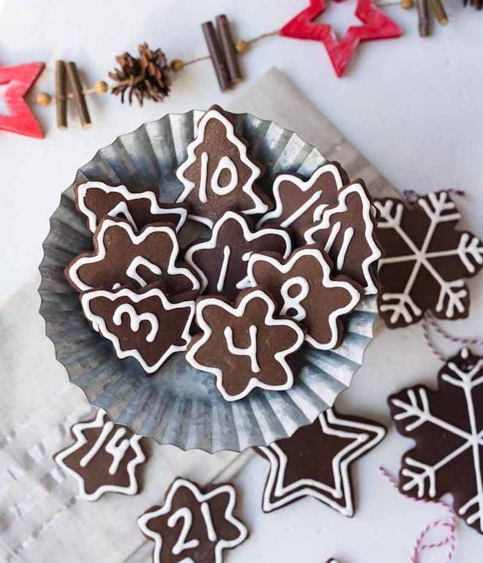idee comment faire un calendrier de l avent gourmand en biscuits gingembre et cacao et les journées de l avent écrites au glaçage royal