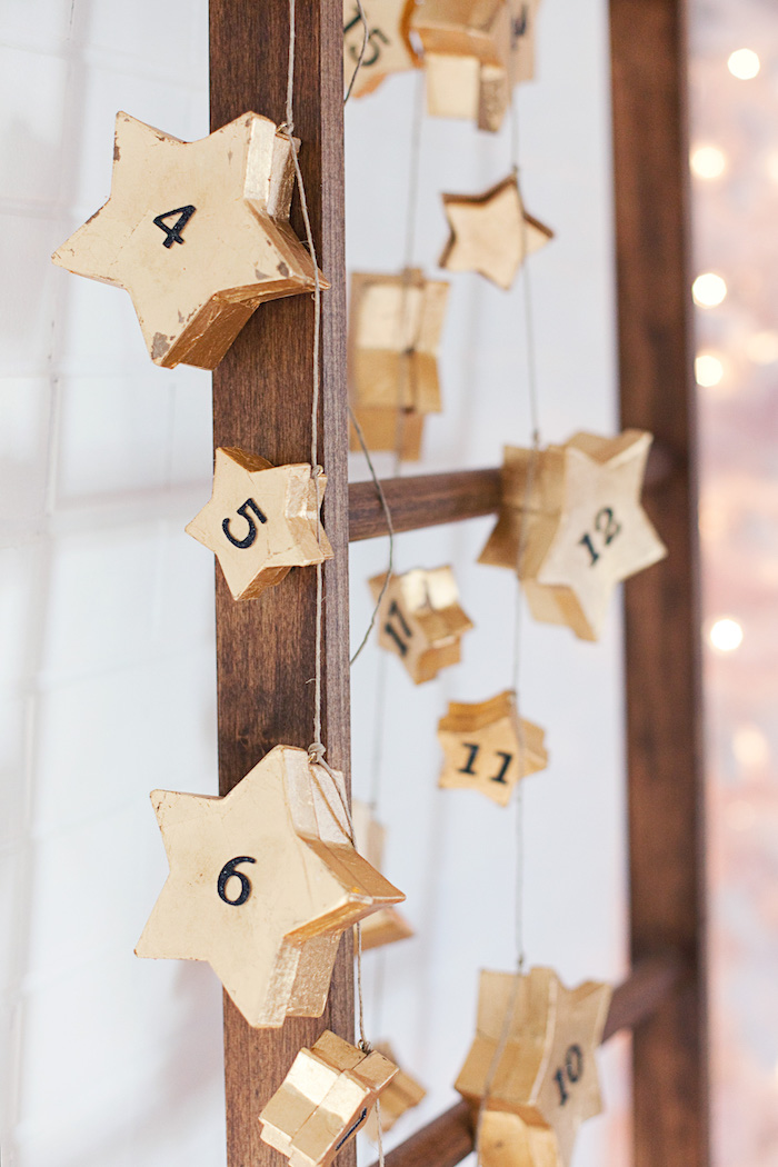 echelle decorative en bois avec de petites boîtes en forme d étoile dorée numérotée avec guirlande lumineuse, calendrier de l avent enfant et adulte