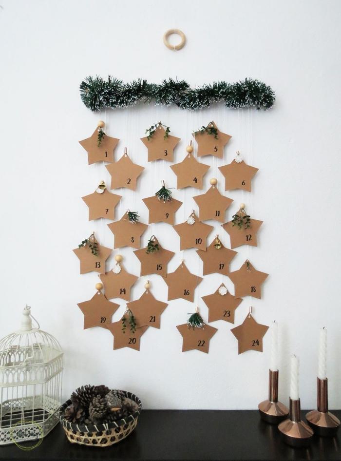 activités manuelles noel, fabriquer un calendrier de l'avent original suspendu au mur avec un cadre en bois et des étoiles en papier brun