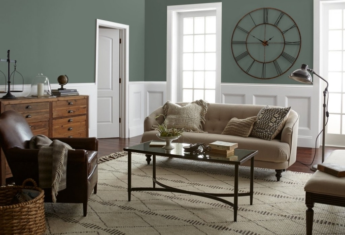 peinture design intérieur tendance 2019, couleur vert d'eau ou vert gris dans un salon aux meubles de bois brut
