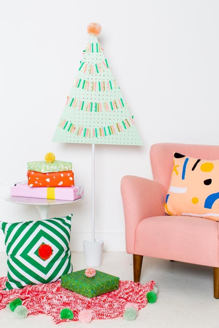 décoration de noël colorée et joyeuse avec un sapin de noel original découpé dans un tableau de pegboard, peint en vert menthe, orné de guirlandes de confettis multicolores