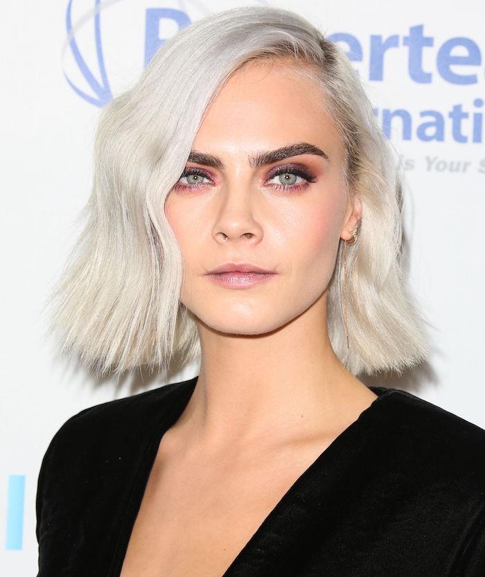 coupe carré asymétrique ondulé avec coloration blond polaire blanc gris pour femme yeux bleus avec paupières roses