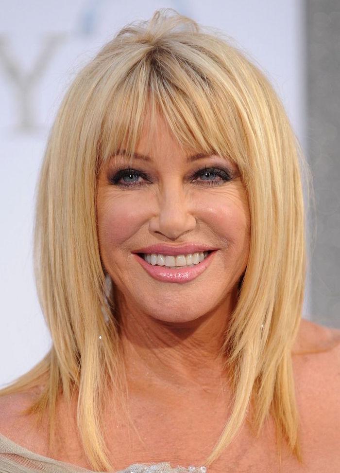 idée de coupe mi long carré dégradé avec frange et décoloration blonde pour femme 60 ans