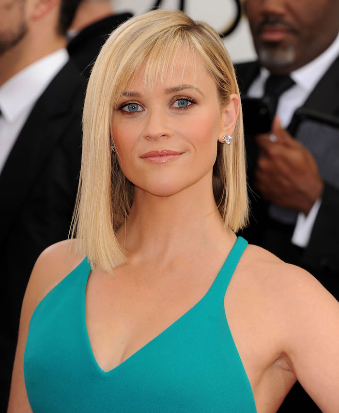 modele de coiffure femme carré long lisse asymétrique aux pointes droites et coloration blond balayage et yeux clairs assortis à robe turquoise