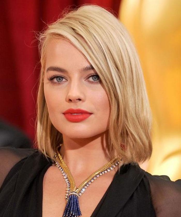 coiffure carré mi long blond asymétrique dégradé avec yeux bleus et rouge à levres