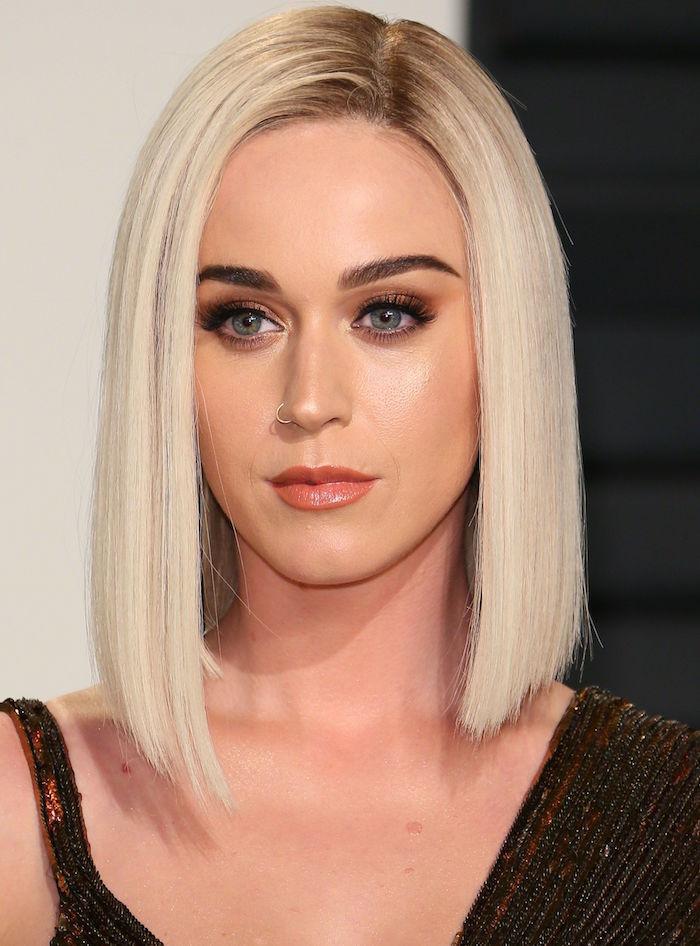 long carré lisse cheveux raides avec longueur asymétrique et couleur blond polaire