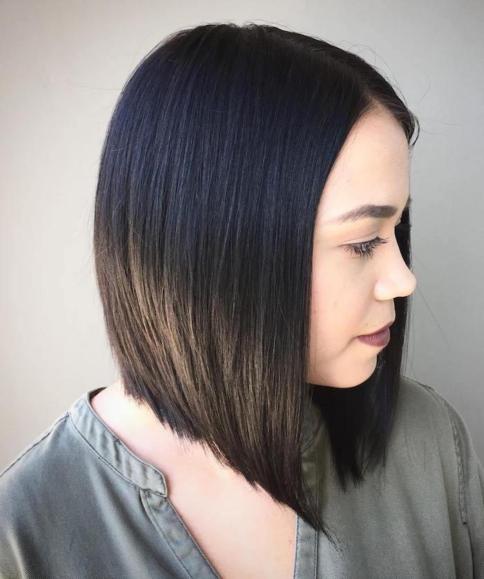 photo de coiffure carré plongeant long pour femme brune aux cheveux lisses noirs