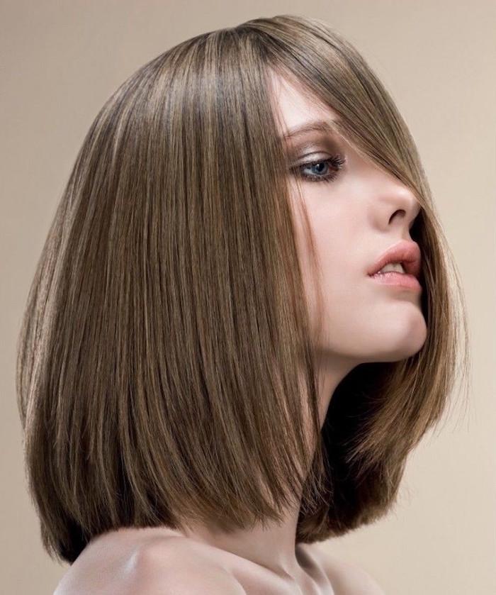 carré long lisse droit avec frange longue sur le devant avec cheveux chatain avec reflets et balayage clair