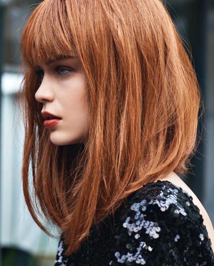 photo de coiffure femme rousse carré long plongeant dégradé avec frange droite sur le front