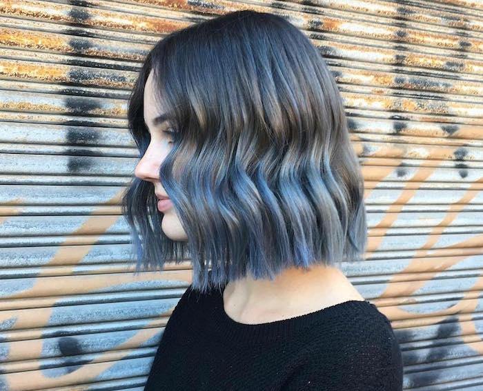 jeune fille ado avec coiffure au carré mi long avec ondulation et coloration bleu gris cendré