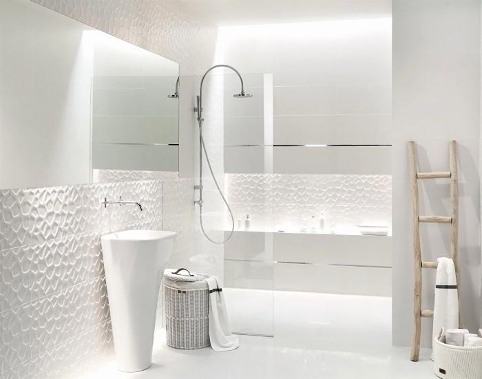 carrelage sdb blanc à relief, exemple de déco pièce humide sans fenêtre aux murs et meubles blancs avec finition inox