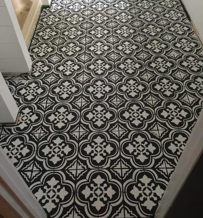 sol en carrelage peint avec peinture noire eu pochoir avec motif sur blanc comme décoration et rénovation intérieur maison