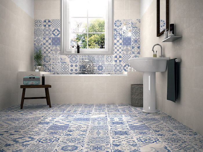 photo de salle de bain avec carrelage sur sol et mur avec faience peinte en blanc et bleu comme au portugal et maroc