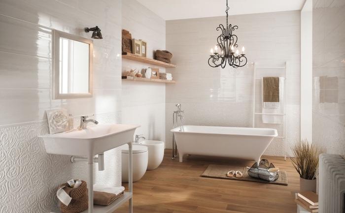 revêtement mural en carreaux relief aux motifs floraux, idée rangement salle de bain avec étagères murales