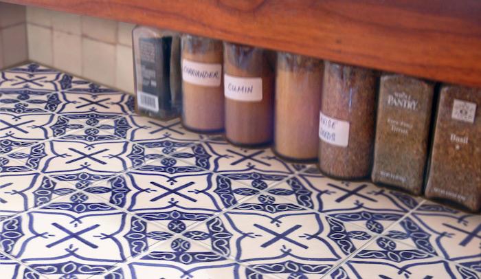 faience décorée avec peinture bleu sur blanc pour carrelage de cuisine pour décoration style retro