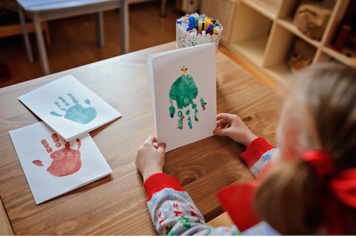 carte de noel maternelle en empreinte de main motif sapin décoré à motifs colorés, idee de carte diy joyeux noel