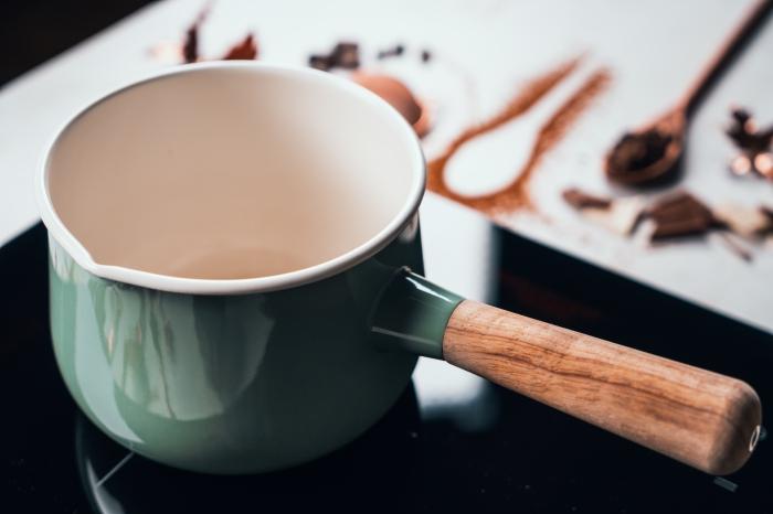 recette de chocolat chaud maison facile et rapide, préparation chocolat chaud avec lait de coco et cacao en poudre dans une casserole