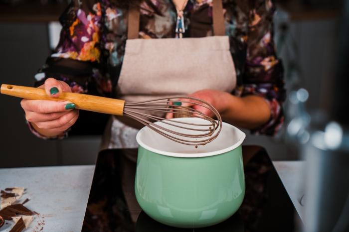 préparation chocolat chaud vegan au lait végétal avec sucre de coco, casserole pour faire une boisson chaude