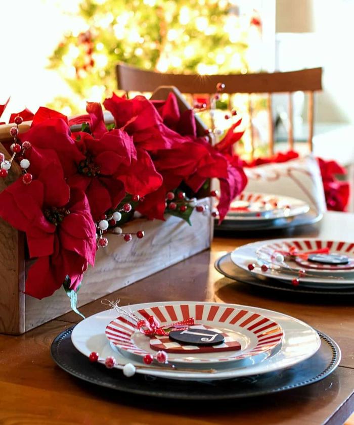 centre de table caisse en bois rempli de p tales rouges en papier baies artificielles comment faire une d coration de noel en rouge et blanc
