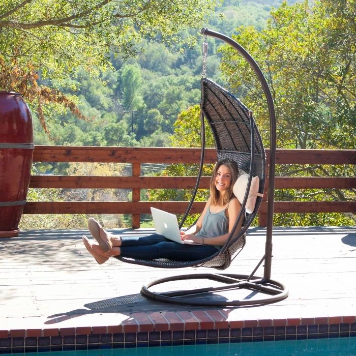 idée cadeau anniversaire maman, modèle de chaise longue pour le jardin, transat hamac suspendue en fer et ratan