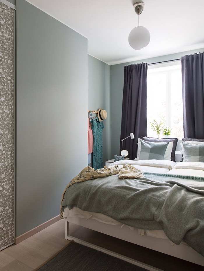 idée comment décorer une chambre vert d'eau ou vert gris, modèle de petite chambre à coucher aux murs pastel