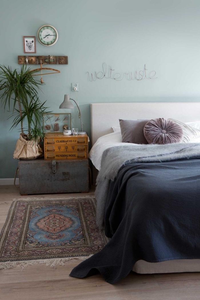 design intérieur avec couleur vert d'eau sur les murs, déco de chambre bohème avec meubles bois et métal et plantes vertes