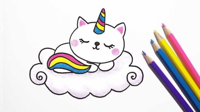 un chat licorne dessin facile aux crayons de couleur, dormant sur une petite nuage, avec corne et queue arc-en-ciel
