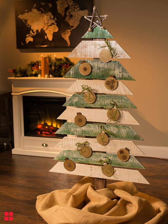 décoration de noel diy, boules déco en carton, sapin en planches de bois, cheminée blanche, couronne de pins, carte du monde