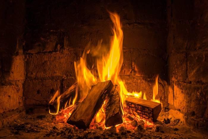 pourquoi choisir une cheminée bois foyer ouvert, idée de cheminée ancienne à combustible bois, feu crépitant