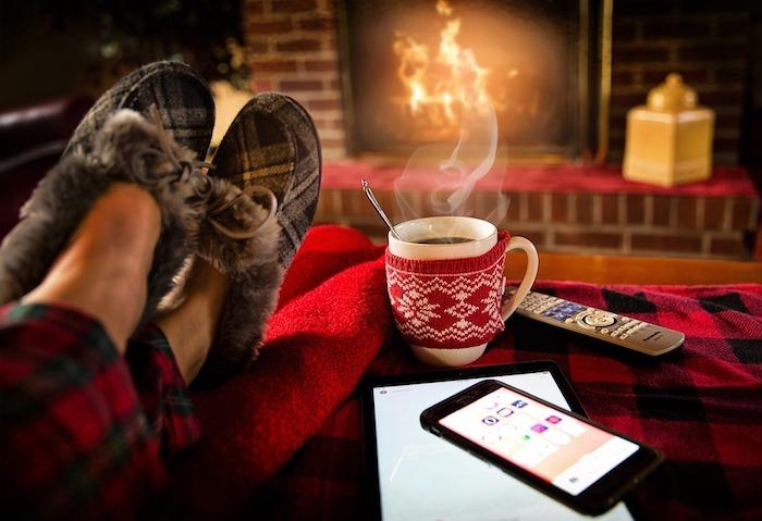 comment amenager un salon cocooning pour l hiver avec une cheminée foyer ouvert, tasse de café, pyjama et pantoufles, mise en scène maison cocooning