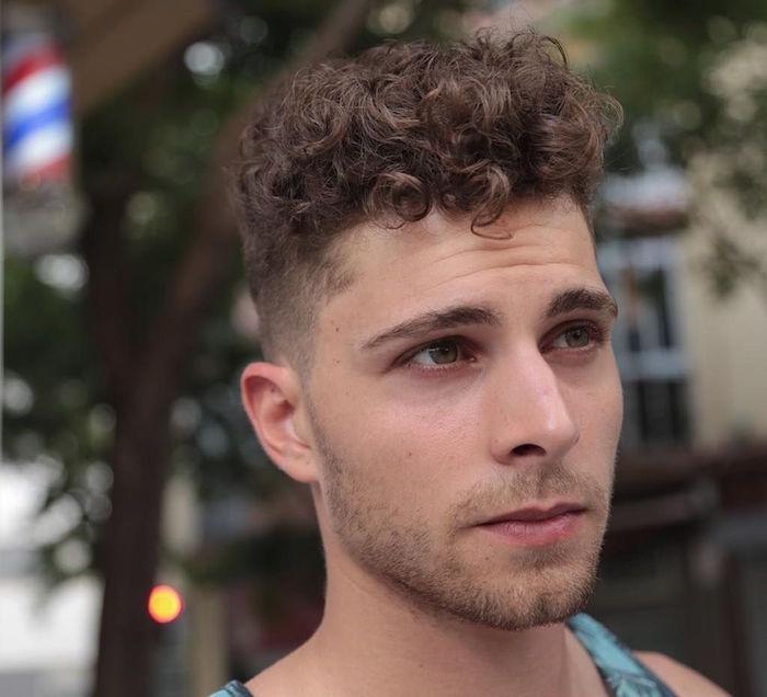 homme chatain clair bouclé avec coupe cheveux tendance courte sur le coté et dessus plus long vers l'avant