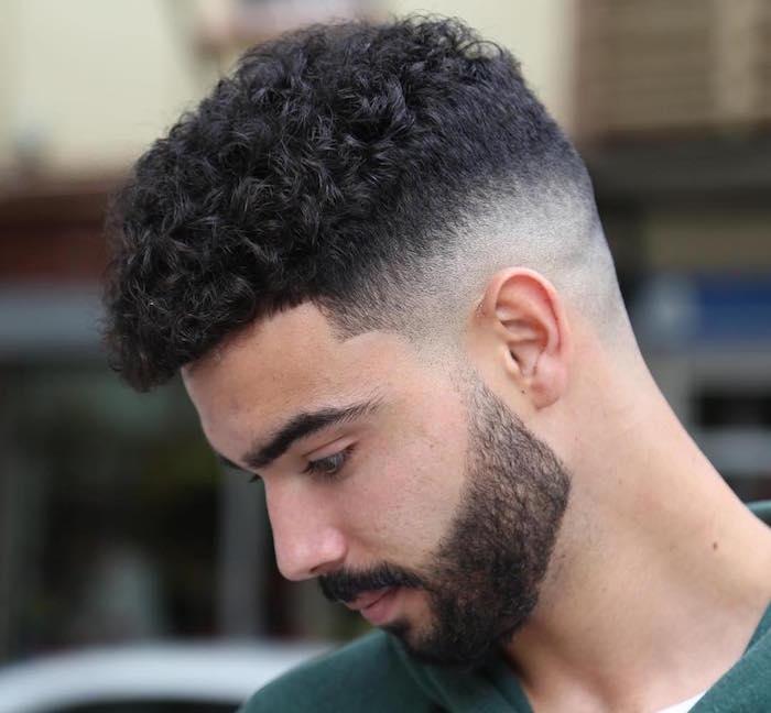 homme cheveux bouclés brun avec coupe dégradé haut et haut plus épais et barbe courte