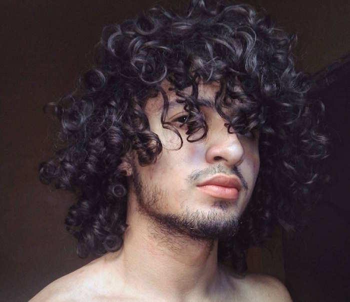 homme cheveux bouclés longs avec bouclettes coiffure au naturel frisée brun