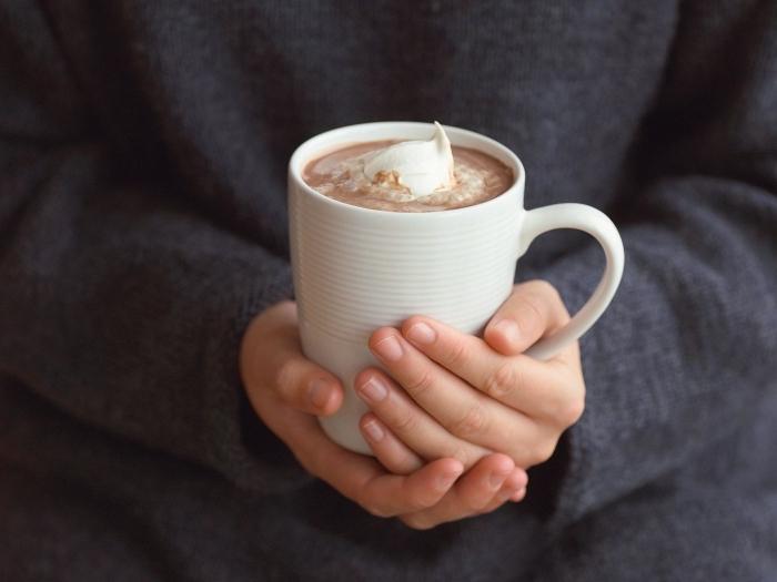 comment faire un chocolat chaud au lait et cacao en poudre, idée boisson chaude au chocolat et crème fraîche