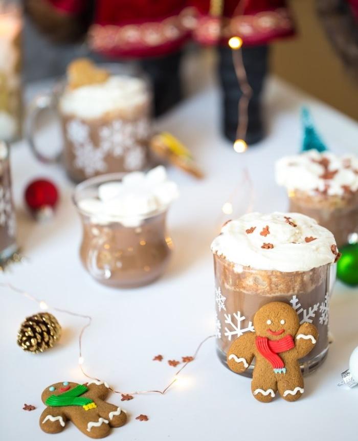 boisson chaude gourmande de noel, chocolat chaud aux épices de noel, crème chantilly en top et des pépites pain epice