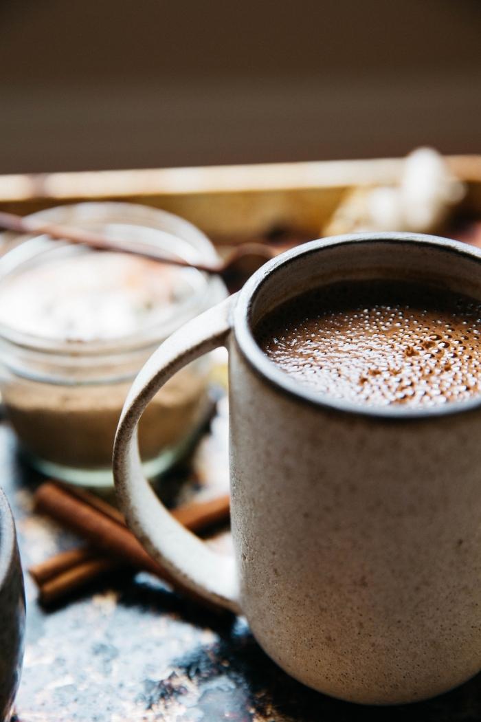mug tasse de café à design béton, recette chocolat chaud épais, chocolat fondu avec cacao en poudre et lait entier