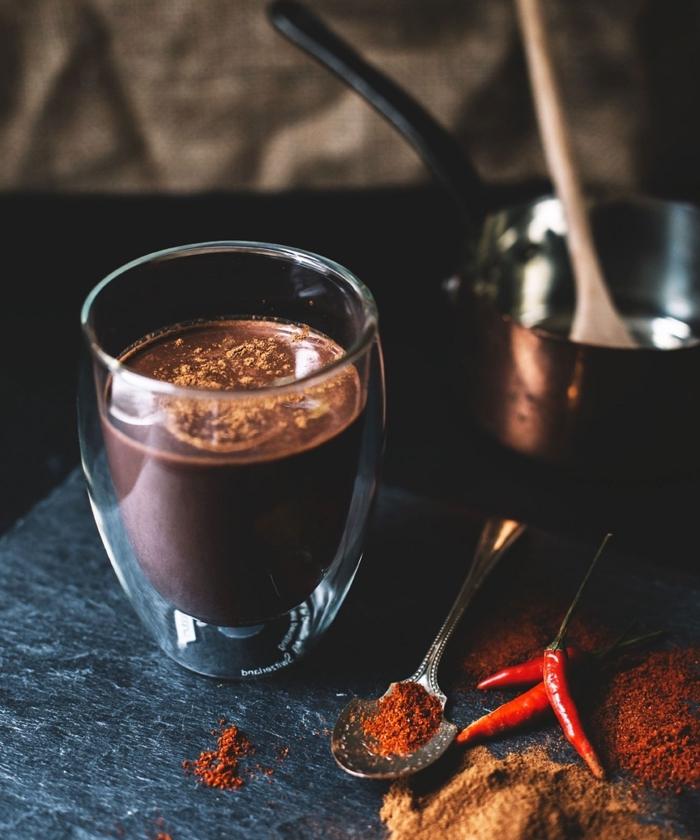 boisson aux épices et chocolat pour noel, idée chocolat chaud épais fait maison, recette chocolat fondu à la cannelle