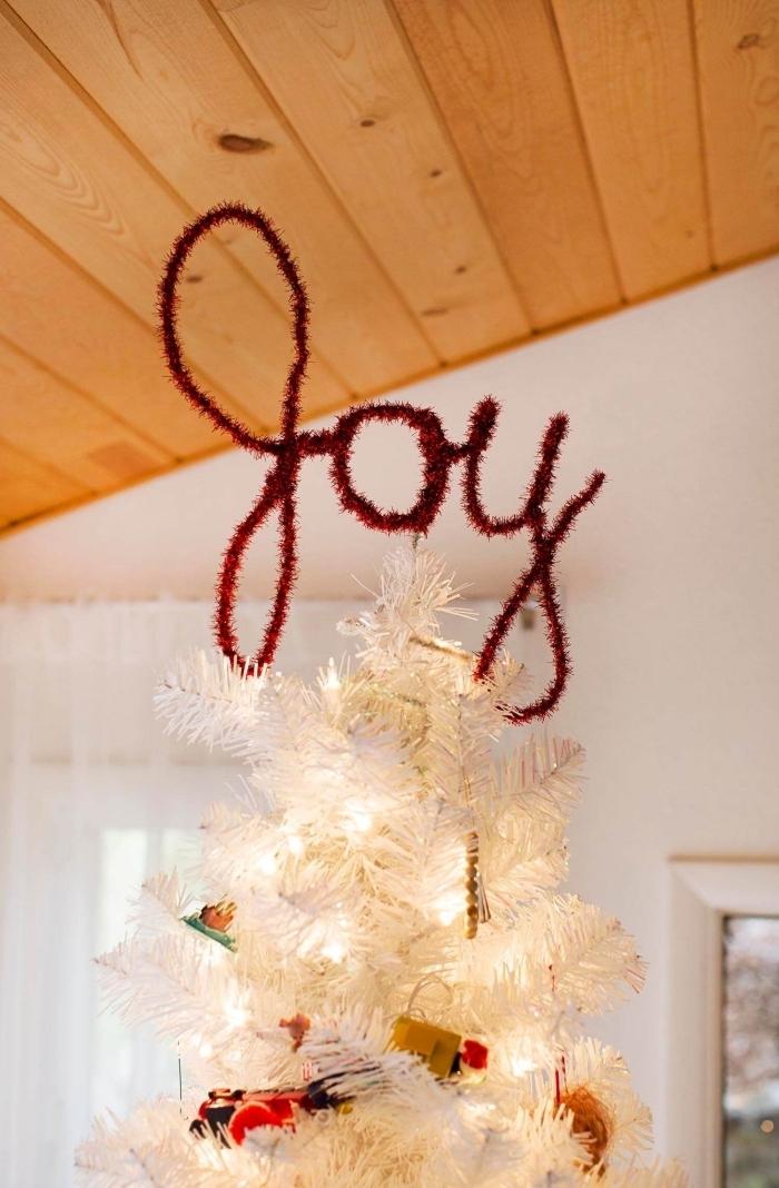 decoration de sapin de noel originale en fil de fer, mot déco en fil de fer à poser au cimier du sapin blanc artificiel