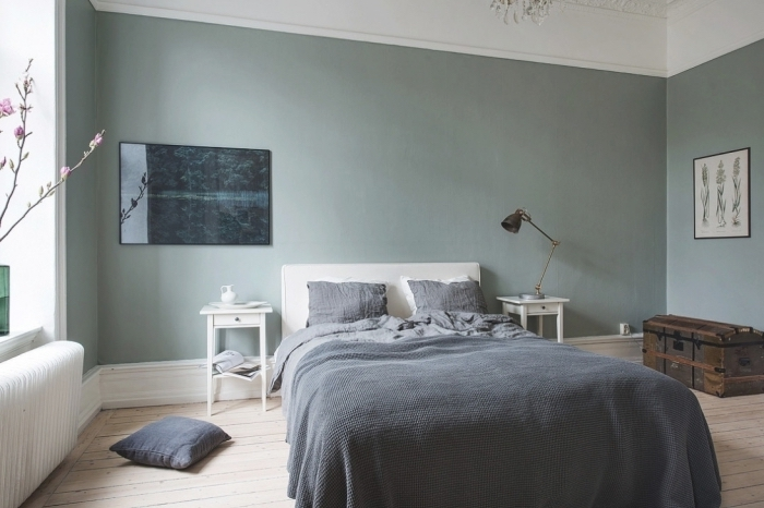 chambre grise et blanche minimaliste avec parquet bois et plafond blanc, linge de lit gris anthracite, modèle de table de chevet blanc