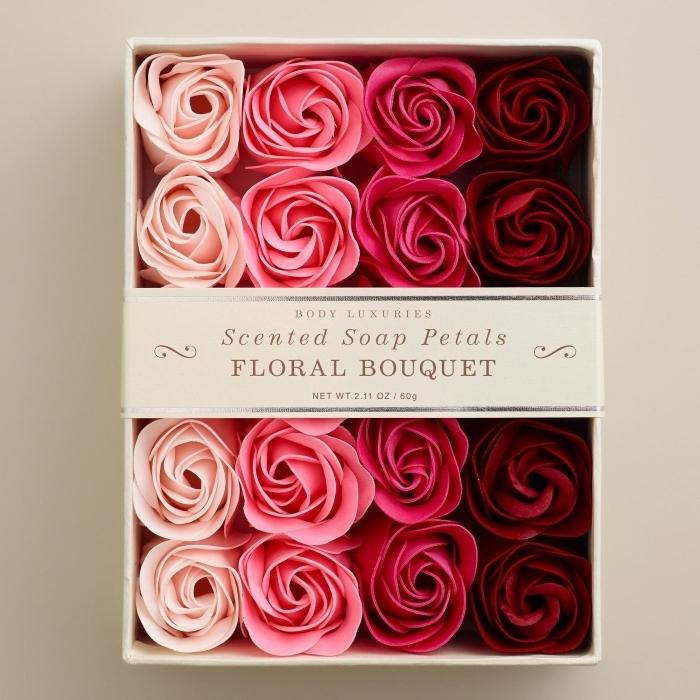 set de savons parfumés à la rose, boîte surprise de noel pour femme, cadeau de noel pour femme, soins beauté et relaxation cadeau