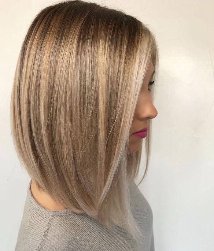 photo de coiffure femme long carré plongeant aux epaules blond cendré avec balayage