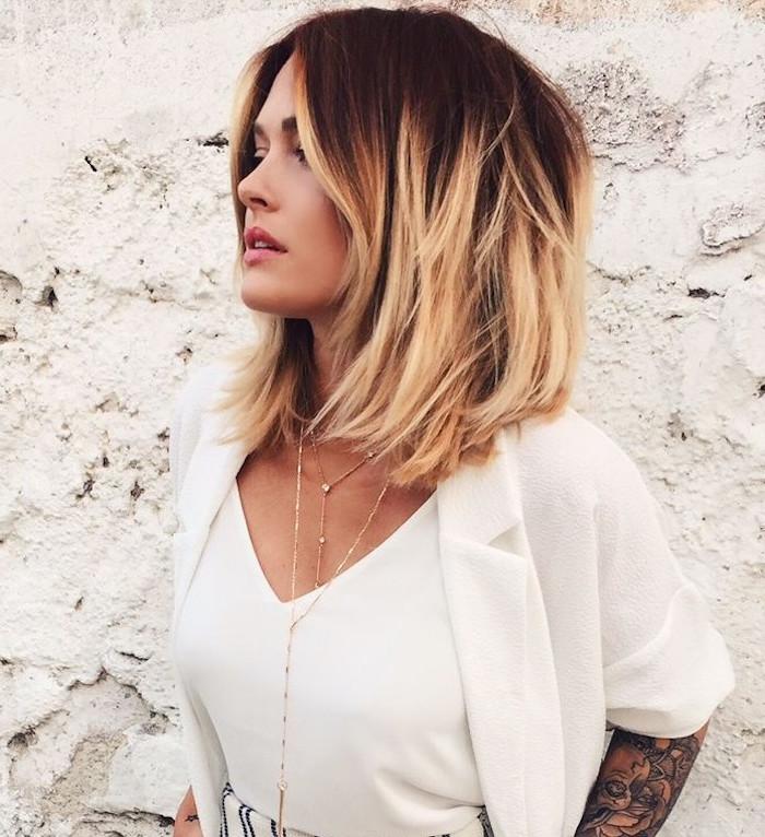 tie and dye blond sur cheveux foncés et coupe type carré en dégradé mi long sur femme avec chemisier blanc et tatouage bras entier