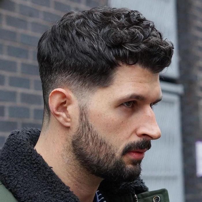 idée de coiffure cheveux ondulés homme brun mode avec dégradé bas et barbe courte