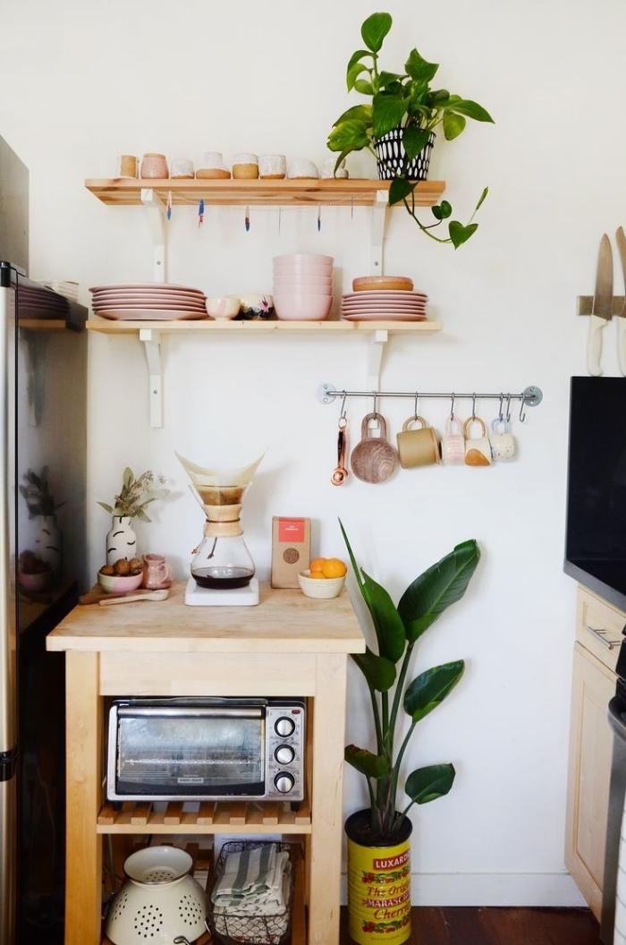 astuces de rangement pour aménager une petite cuisine, une petite table en bois qui joue le rôle de plan de travail et de rangement