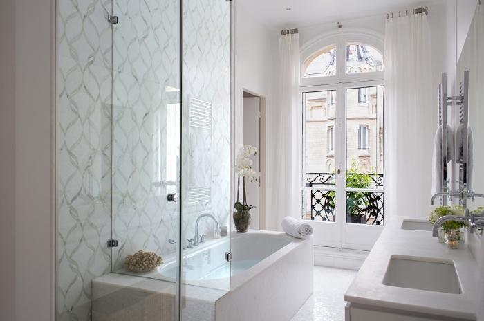 meuble salle de bain élégante, idée amenagement petite salle de bain 4m2, revêtement mural en carrelage motifs graphiques
