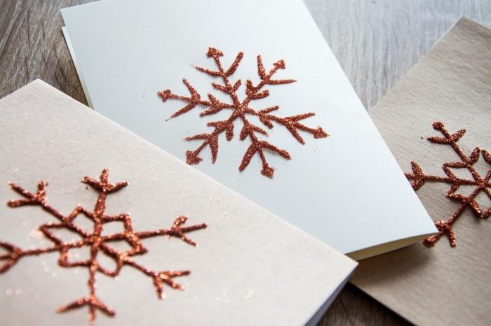 bricolage de noel, papier scrapbooking en carte DIY, décoration carte vierge pour noel avec gabarit flocon de neige et peinture paillettée