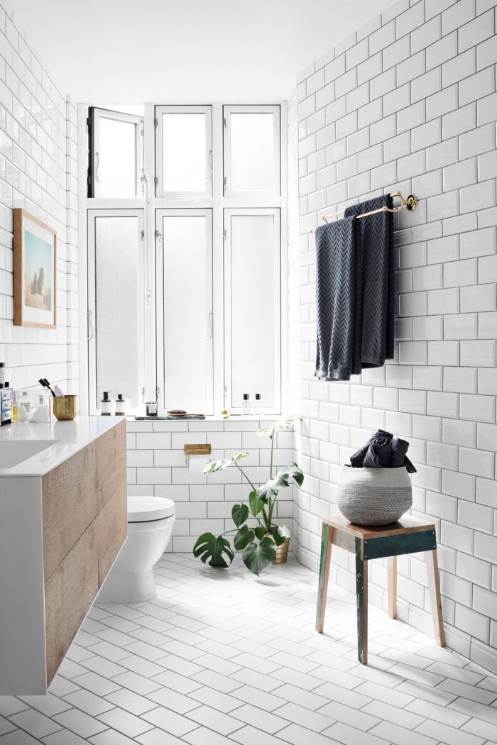 choix de carrelage sdb blanc, idée meuble en bois clair pour une déco minimaliste, déco petite salle de bain avec plantes vertes